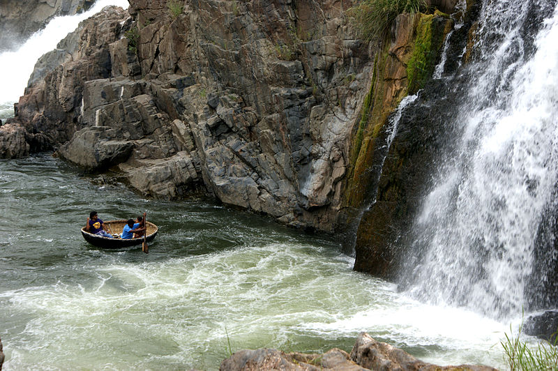 800px-Hogenakkal_Falls_and_Coracle_Ride