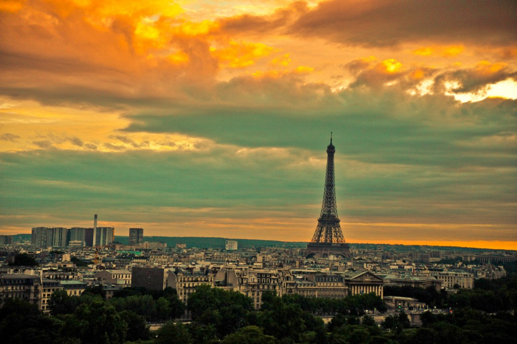 Paris_at_sunset_with_the_Eiffel_Tower