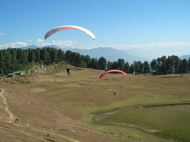 800px-Paragliding_at_Sanasar