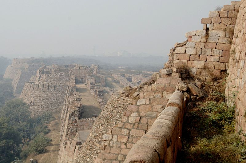 800px-Passages_on_the_Tughlaqabad_Fort_walls