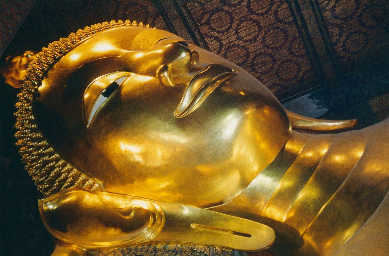 1280px-Bangkok,_Wat_Pho,_reclining_Buddha_(6172948816)