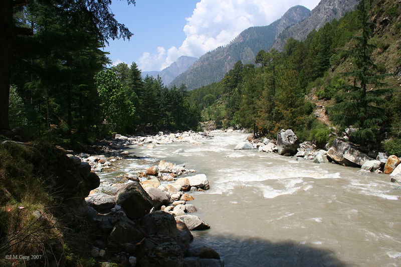 800px-Parvati_river_at_Kasol_Im_IMG_6644