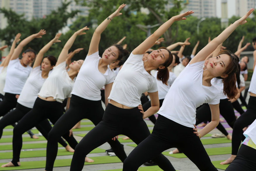 People-practice-yoga-in-China