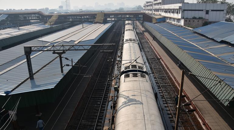 インドの首都のデリー ニューデリー駅と線路を走るインド鉄道