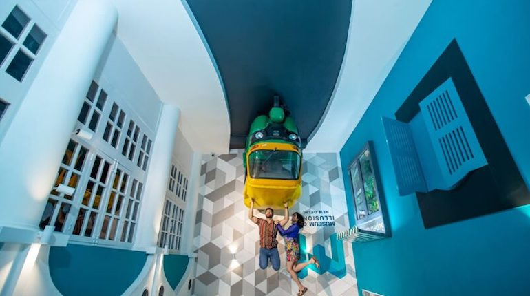 museum-of-illusions-new-delhi-reverse-room-800x0-c-default